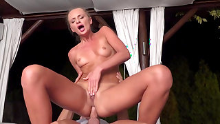Ivana Sugar screams during special sex with the masseur